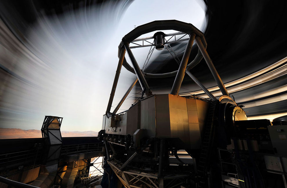 Купол Очень Большого Телескопа в движении