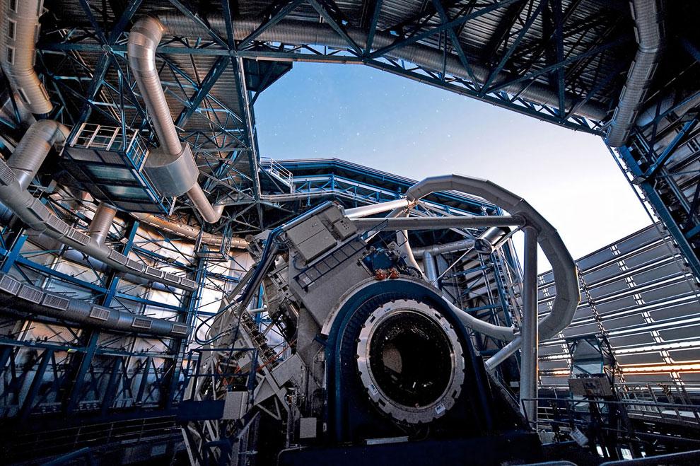 На этой фотографии видны механизмы одного из 4-х 8.2-метровых телескопов VLT