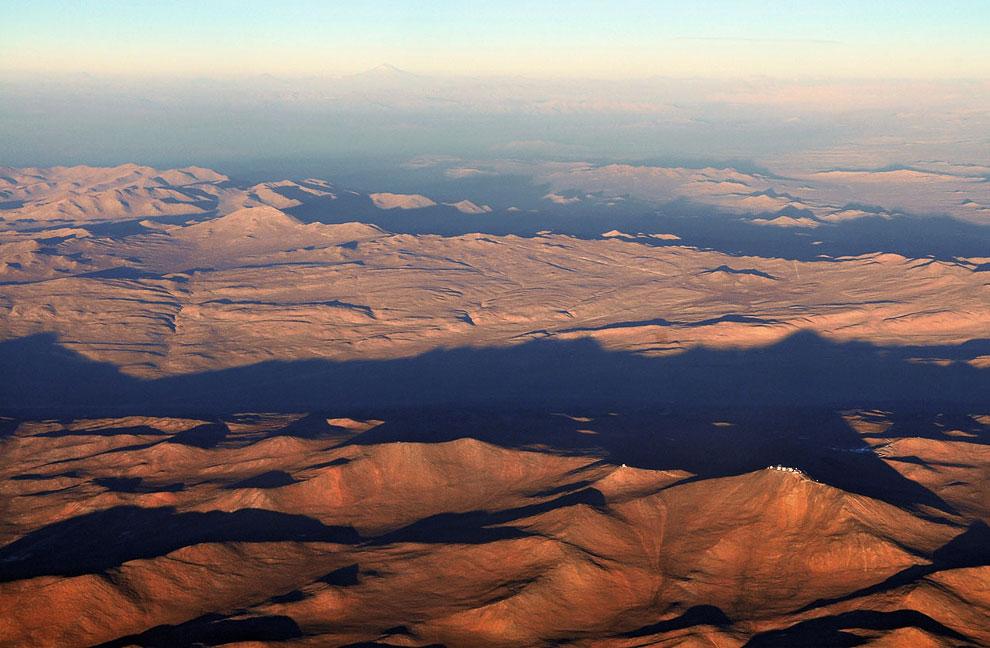 Справа внизу, на горе видны антенны телескопов VLT