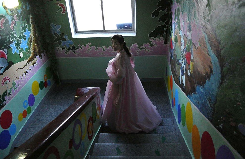 Воспитательница и развеселая лестница в детском саду в городе Синыйджу