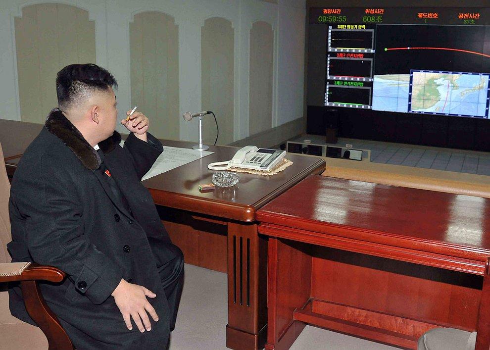 Северокорейский лидер Ким Чен Ын в командном пункте наблюдает за запуском ракеты