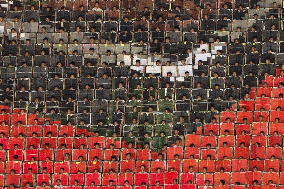 Шоу «Ариан». Люди с карточками формируют гигантские портреты