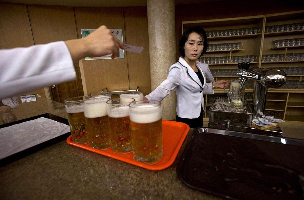 В Северной Корее не совсем все мрачно. Вот ресторанчик, продающий пиво