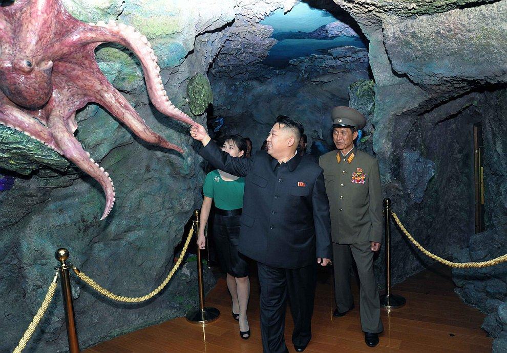 Ким Чен Ын и первая леди страны в дельфинарии