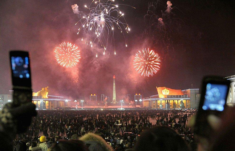 Впервые в истории Северной Кореи жители этого самого закрытого в мире государства встретили новый 2013 год запуском фейерверков
