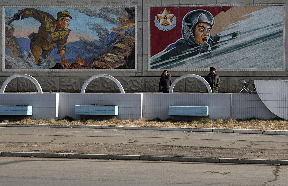 То здесь, то там на улицах Северной Кореи встречаются изображения героических северокорейских солдат