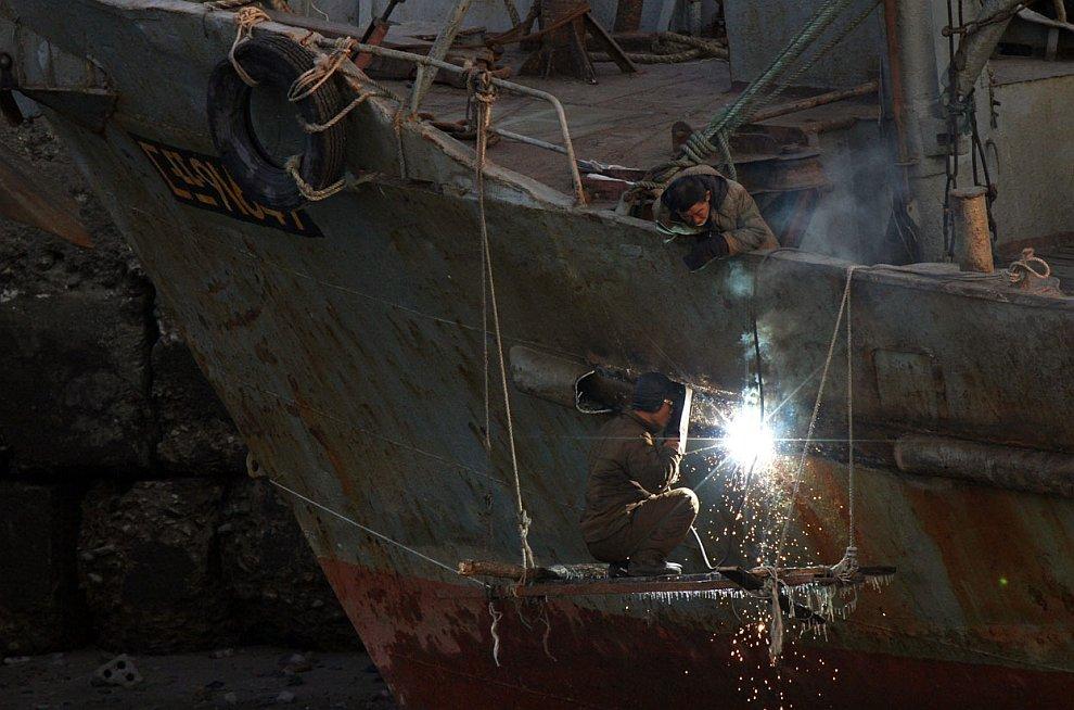 Ремонт ржавого судна в городе Синыйджу