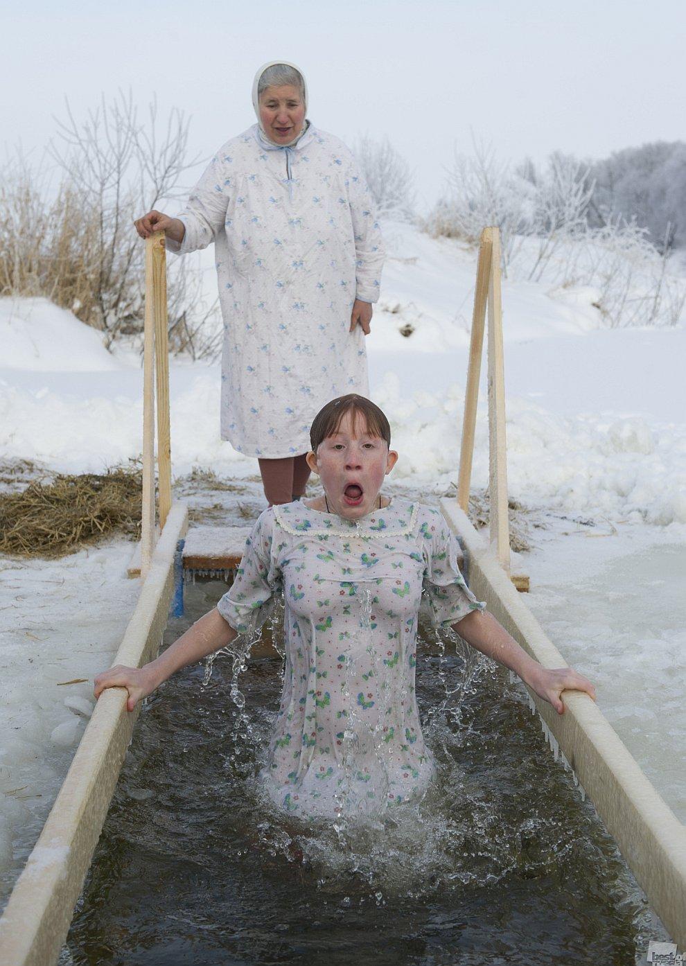 Крещенское купание в реке Нерль, возле села Порецкое Владимирской области.