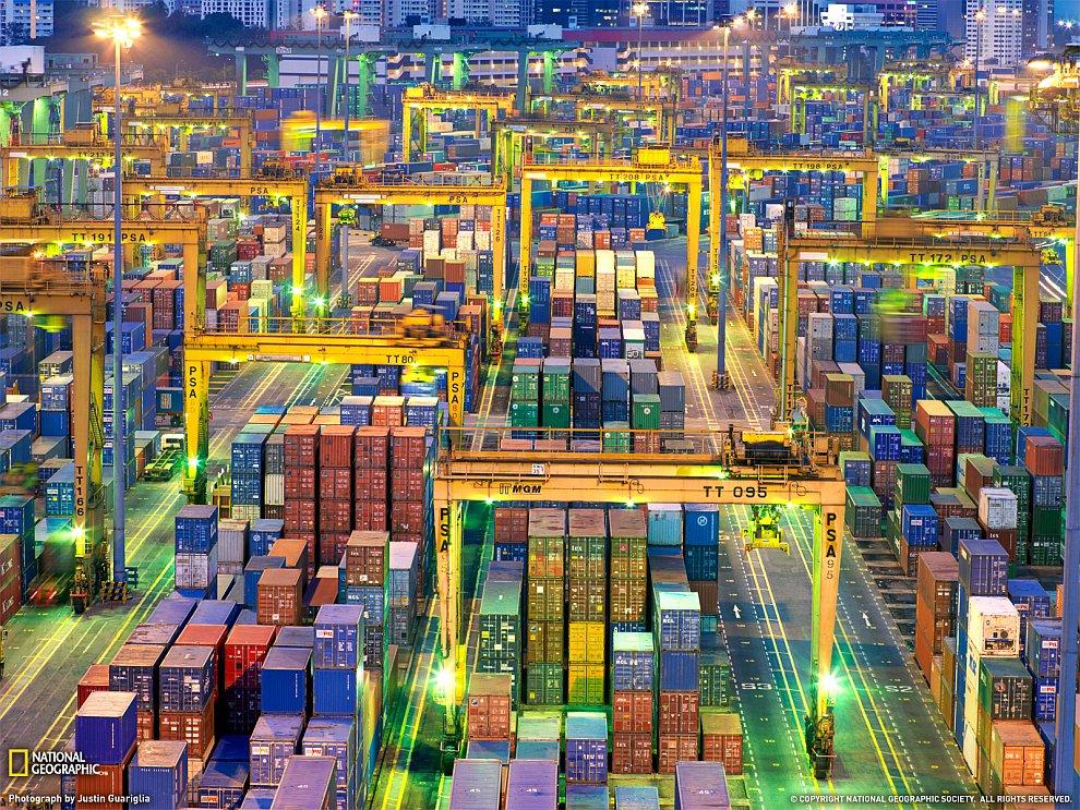 Грузовые контейнеры в порту Сингапура