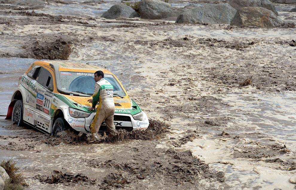 Бразильский экипаж Гальерме Спинелли/Юсеф Хаддад на Митсубиши, пытаются выбраться из реки
