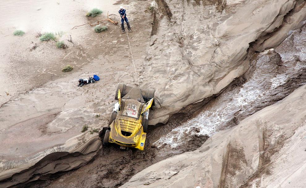 Французский экипаж вытаскивает свой квадрацикл из реки, Аргентина