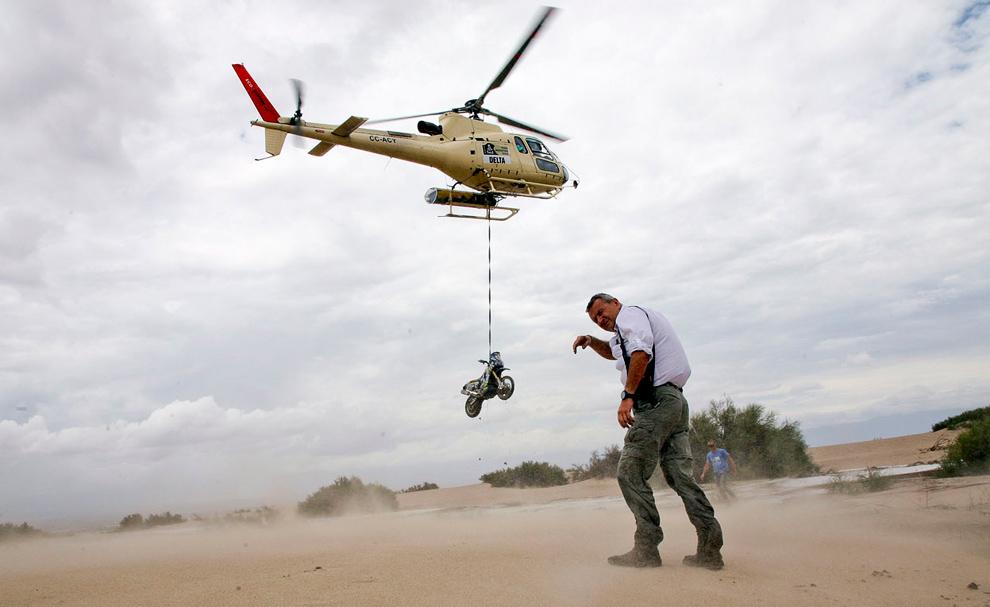 Вертолетом надежней. Вытаскивают мотоцикл другого французского экипажа
