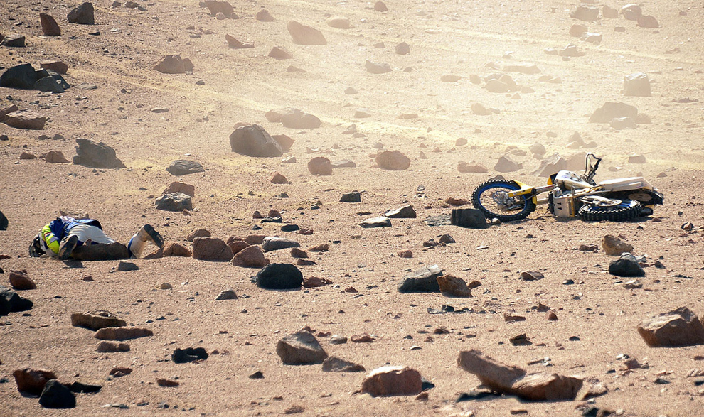 На фотографии: нидерландский гонщик упал на 3-м этапе ралли Дакар в Перу