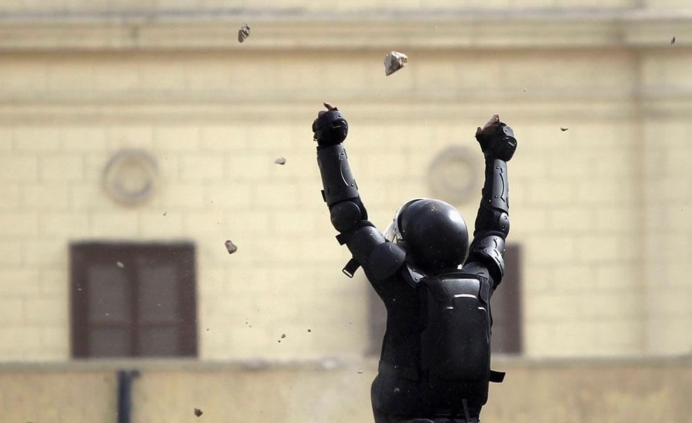Камни, летящие в полицейских