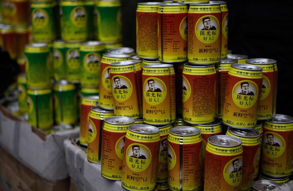 Предприимчивый китайский миллиардер Чен Гуаньбао наладил выпуск консервных банок со свежим воздухом для жителей загрязненных мегаполисов