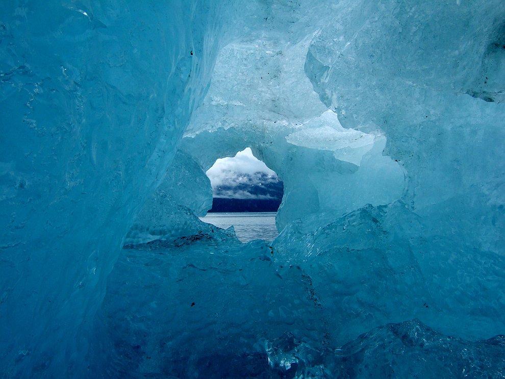 Ледяная пещера в айсберге