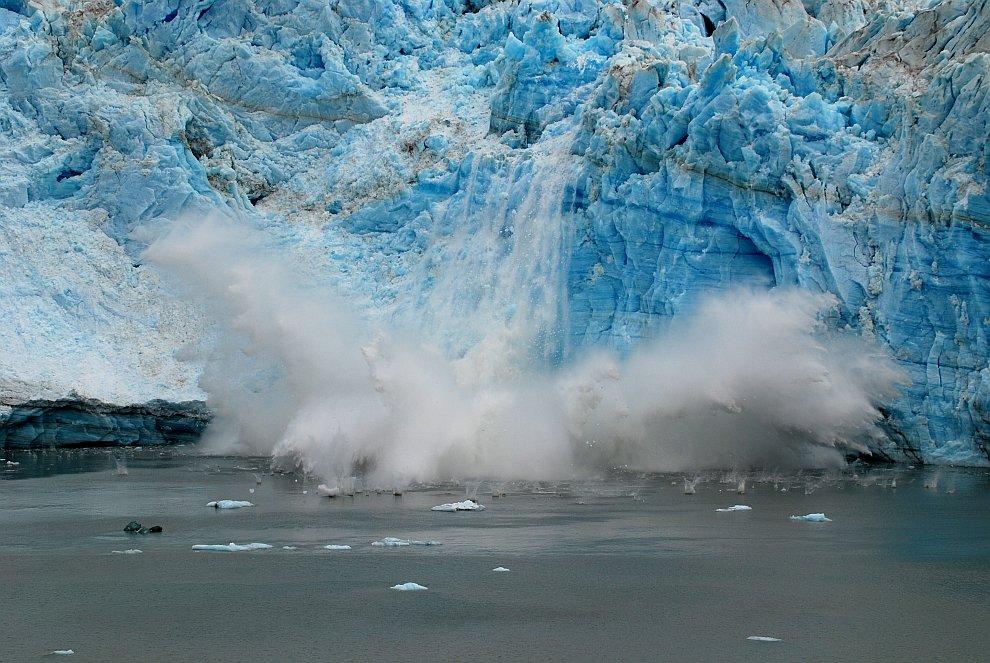 От ледника откололся лед