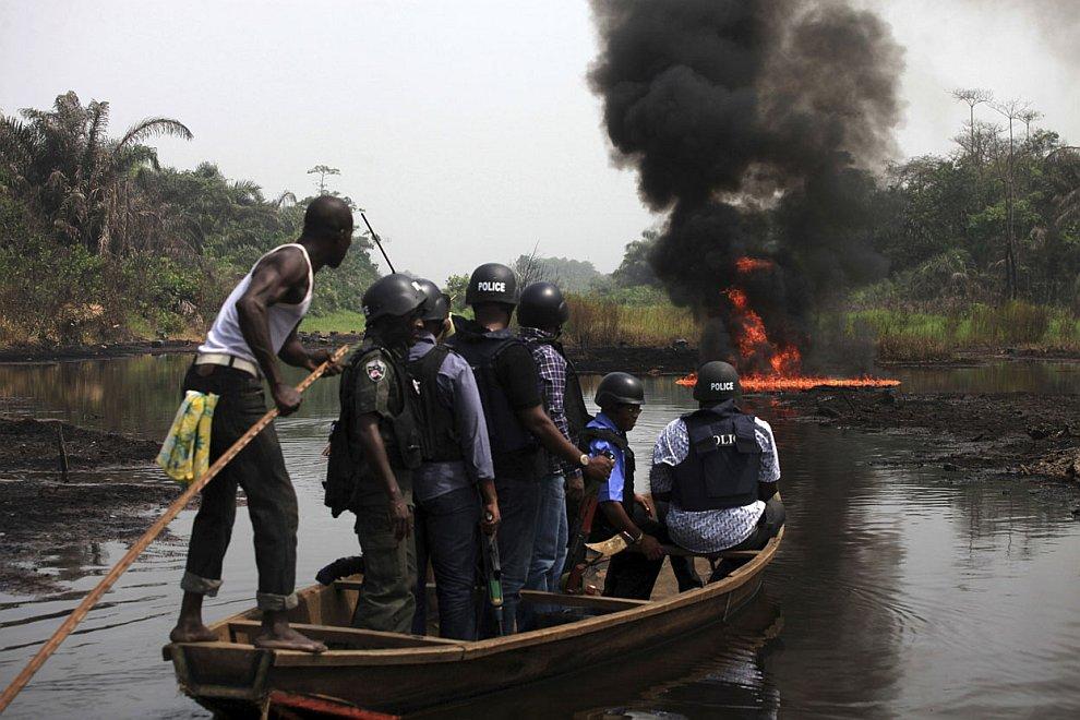 Полицейские безуспешно пытаются бороться с воровством «черного золота» около Лагоса