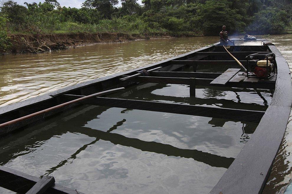 Собранную незаконно нефть местные жители перевозят не только в емкостях, но и прямо в лодках