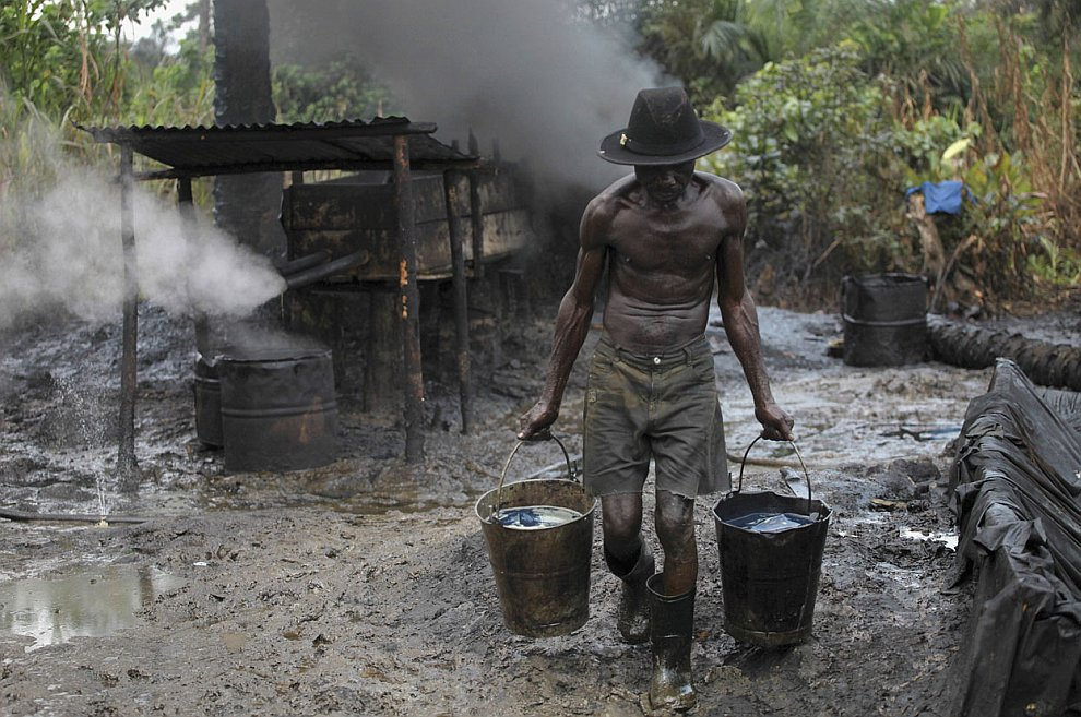 Черпает сырую нефть с земли ведрами