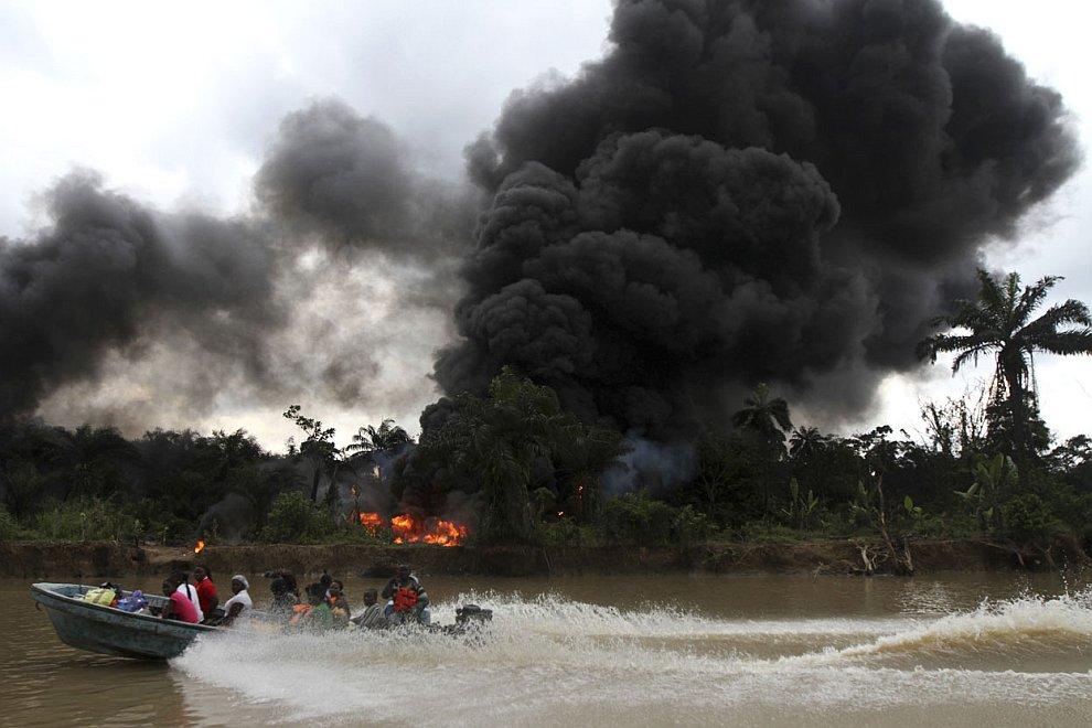 Пожар на месте незаконной добычи нефти