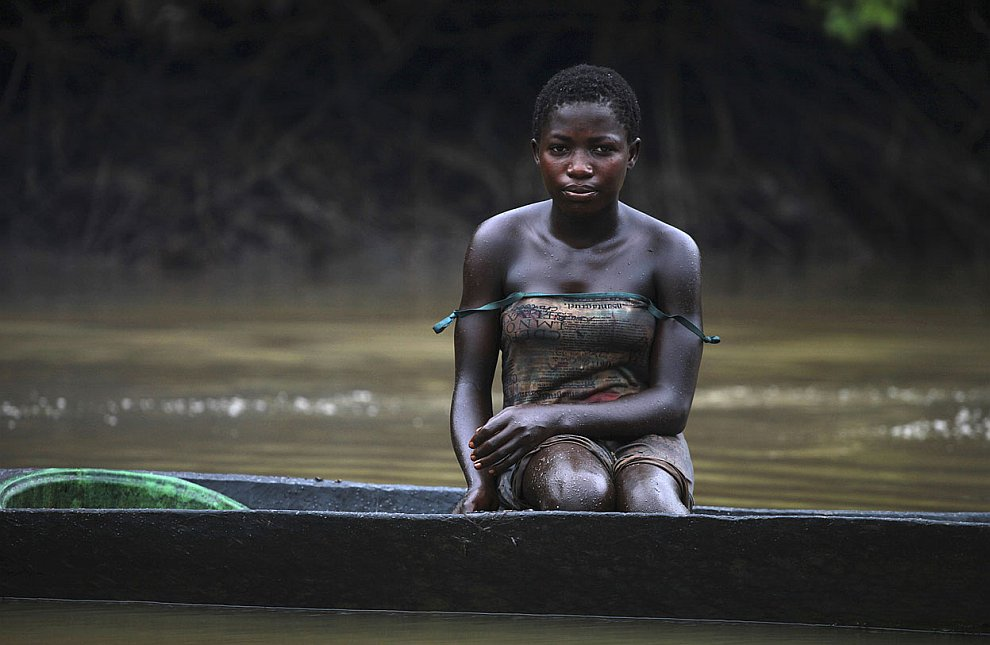 Молодая женщина рыбачит на реки Нун, потом продает ее