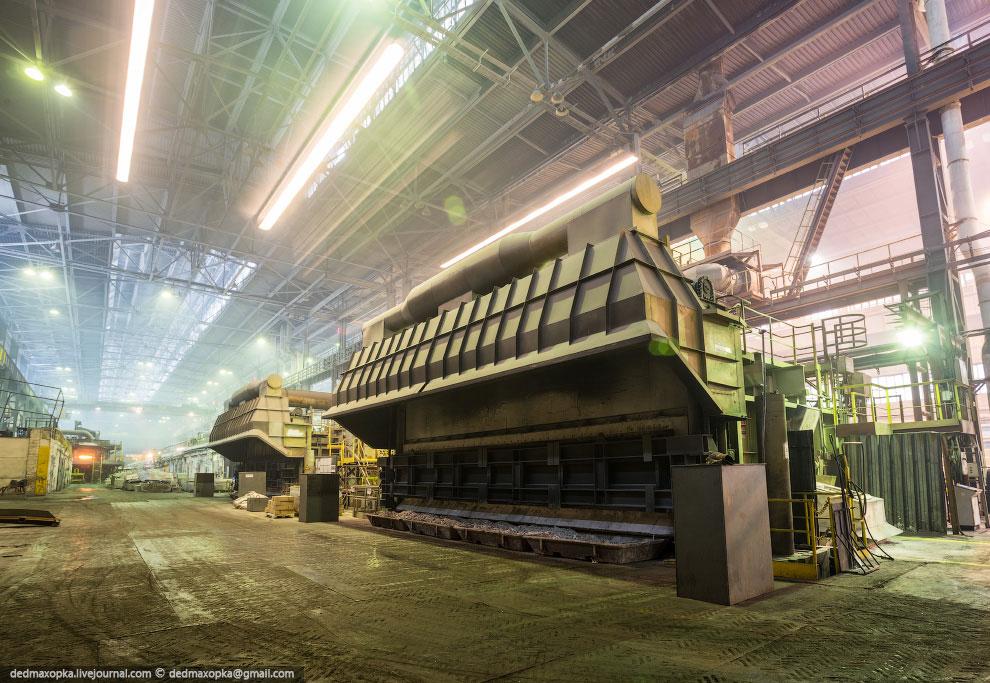 Миксер на 100 тонн металла, в котором идет приготовление сплавов
