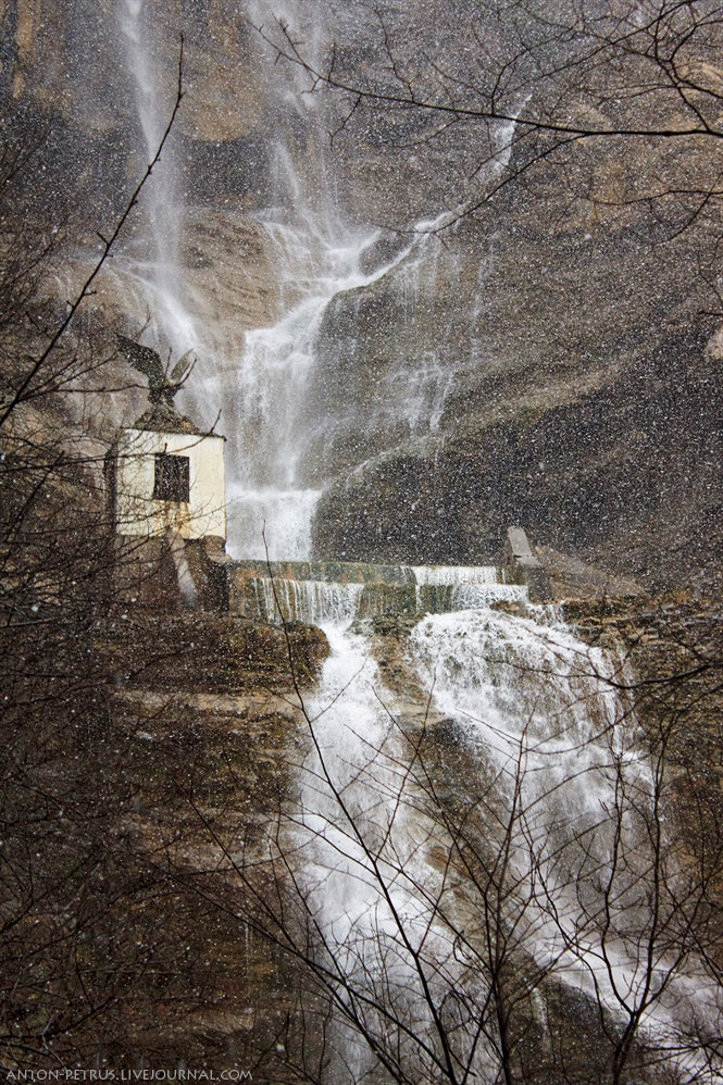 Заснеженый водопад Учан-Су