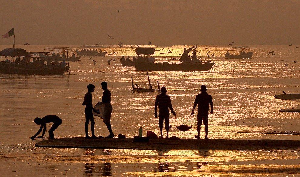 Рабочие очищают берега реки Ганг от мусора