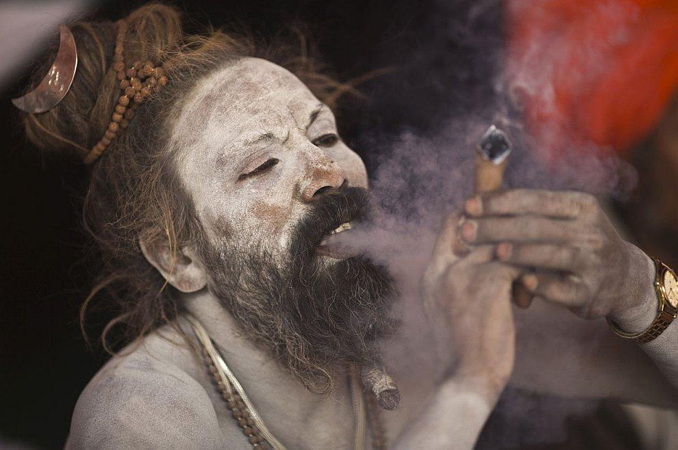 Са́дху курит марихуану на берегу реки Ганг
