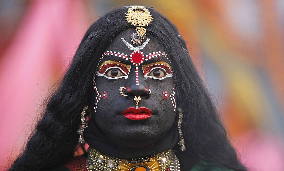 Человек, одетый как Кали — богиня-мать, символ разрушения