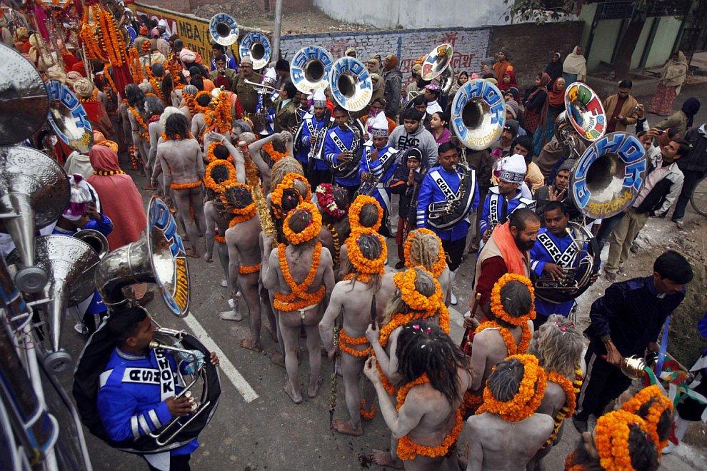 Религиозная процессия, направляющаяся к Сангам — месту слияния трех рек