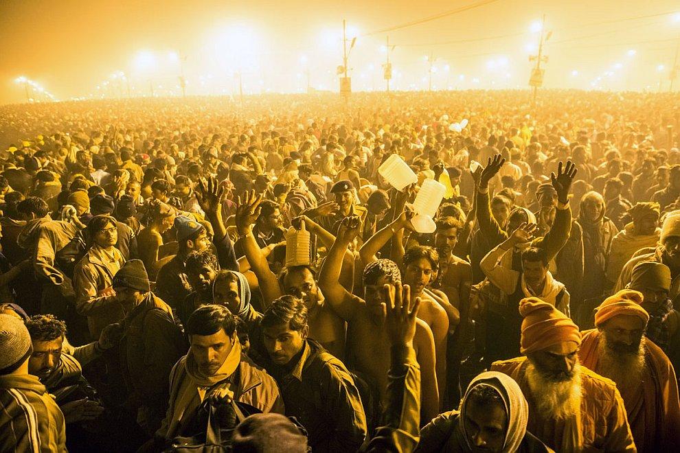 Сотни тысяч людей идут к священный реке Ганг
