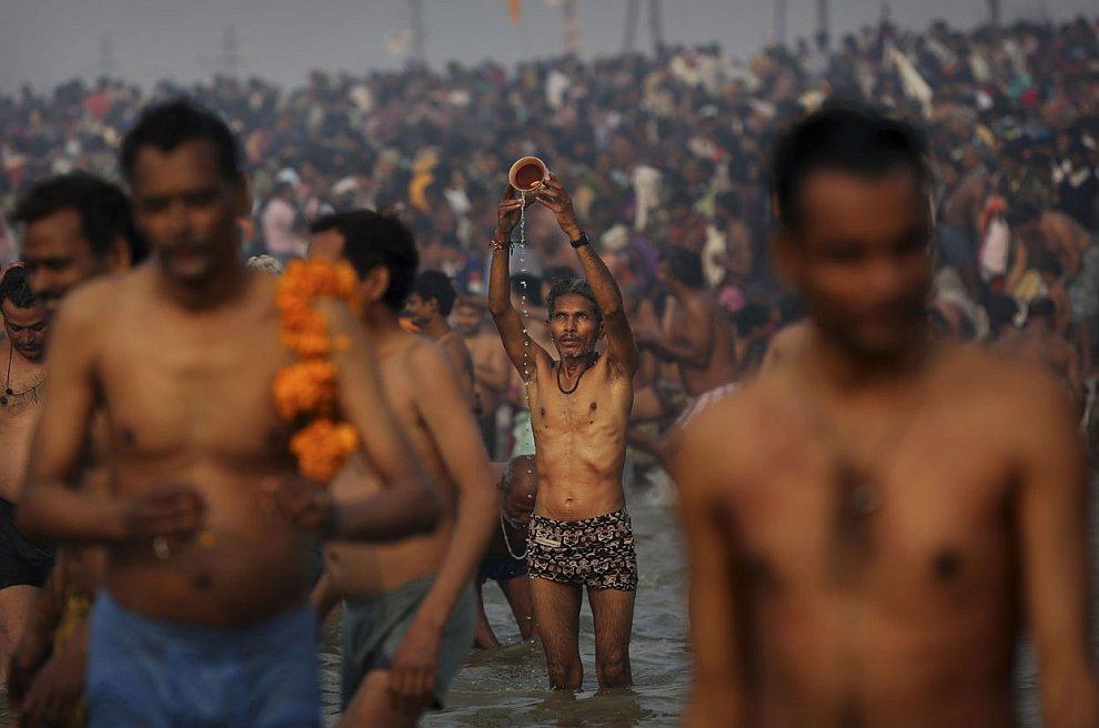 Людей, желающих очистить душу и тело в священных водах просто невероятное количество