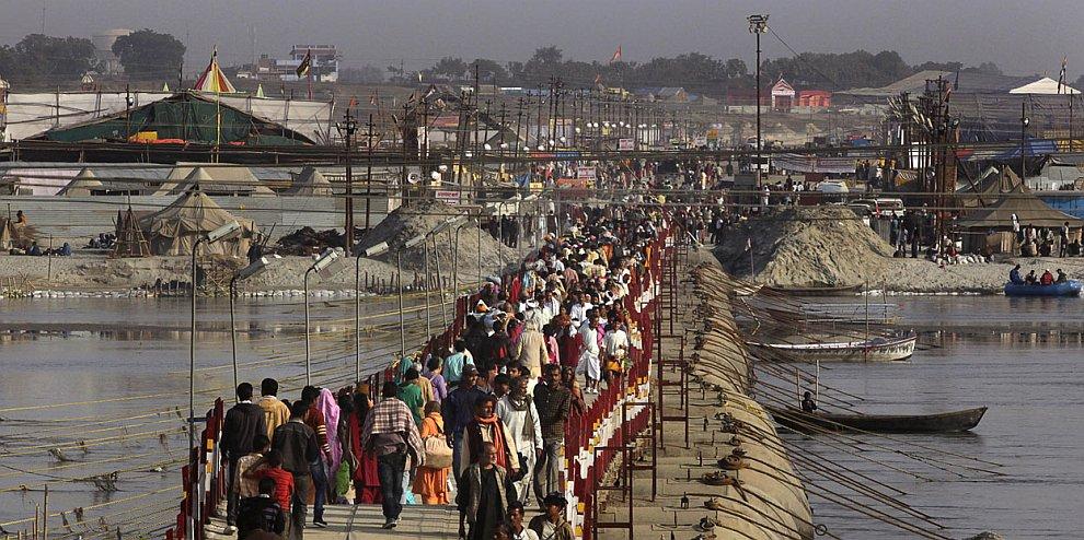 Стройными рядами паломники направляются к месту Сангам