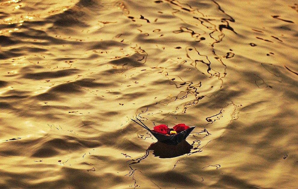 Свечка плывет к слиянию рек Ямуны и Ганга