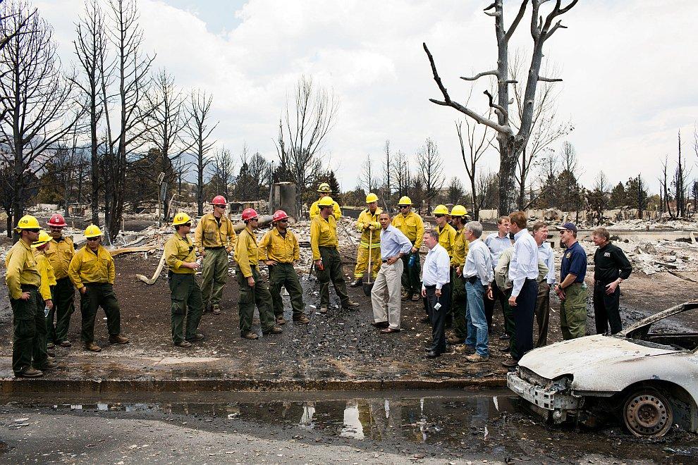 Президент с пожарными в Колорадо-Спрингс после разрушительных пожаров