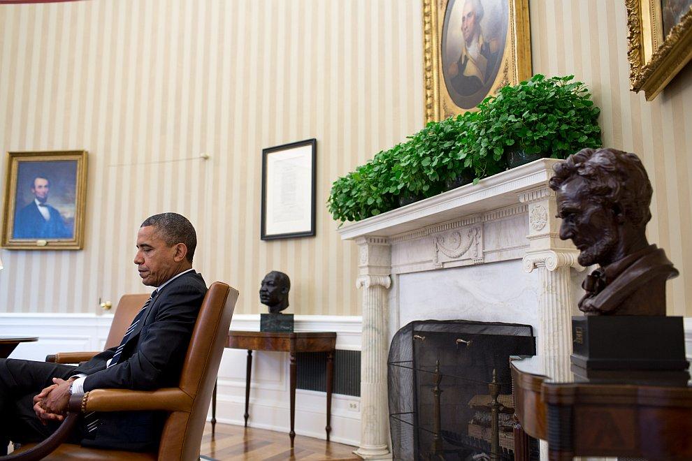 Президент США на фоне портретов Авраама Линкольна и Джорджа Вашингтона