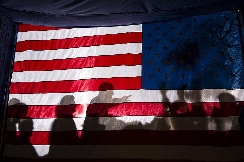 Тень барака Обамы на фоне американского флага