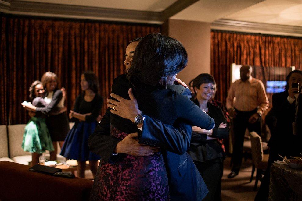 Обамы с женой и близкие друзья наблюдают за результатами президентских  выборов в отеле в Чикаго