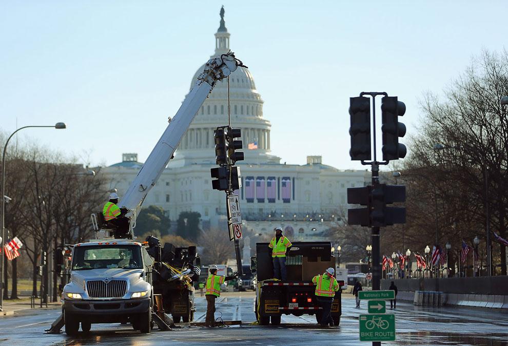Перед церемонией инаугурации с дорог, по которым должен будет пройти парад, убирали светофоры