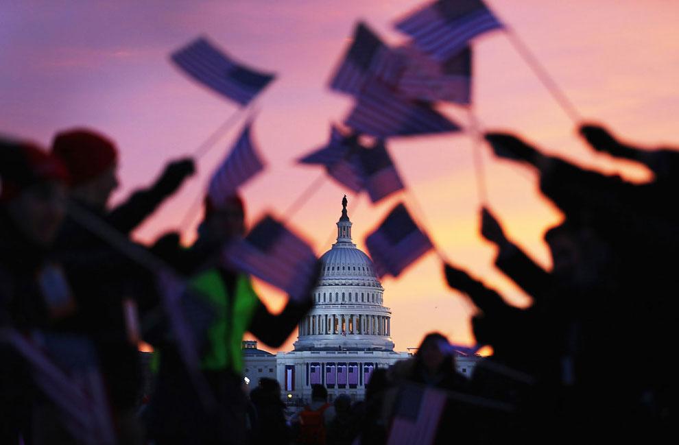 У стен Капитолия собираются тысячи людей