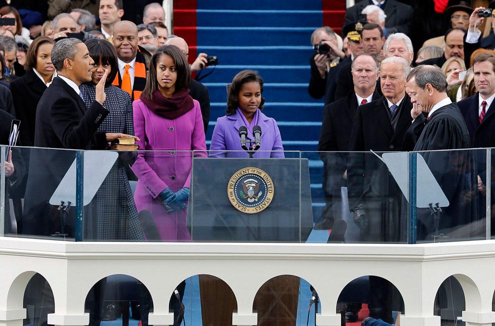 Президент США Барак Обама приносит президентскую клятву на ступенях Капитолия в Вашингтоне