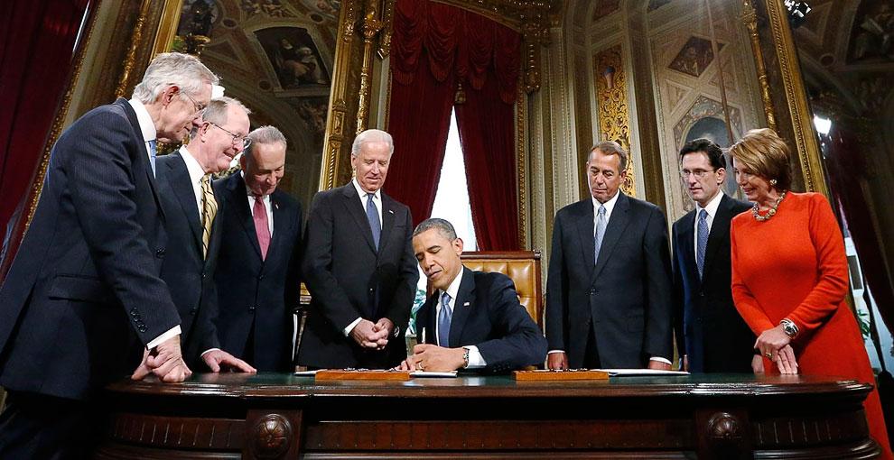 После инаугурации. Барак Обама подписывает прокламацию