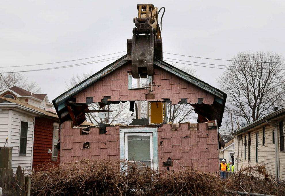 Снос неподлежащего восстановлению дома в районе Статен-Айленд, Нью-Йорк
