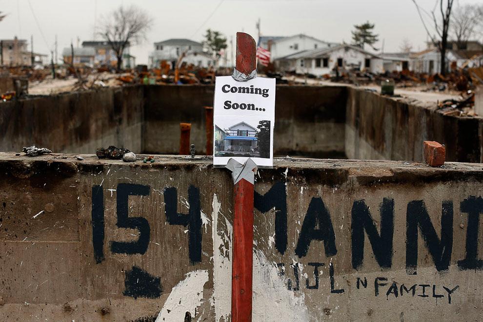 Главное — позитивное мышление. На табличке показан вид будущего дома и надпись «Уже скоро...»