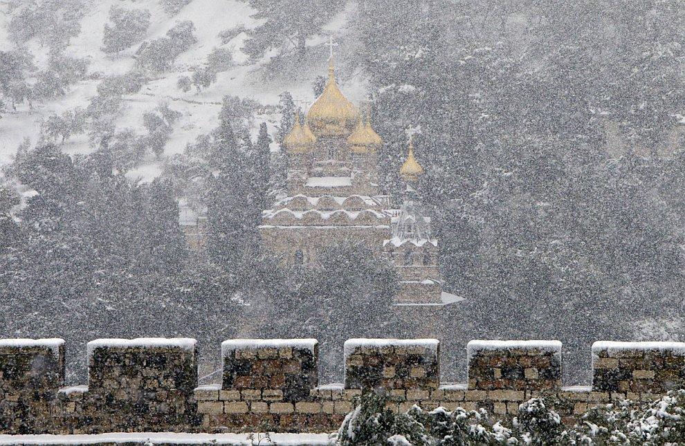 Сильный снегопад на фоне русской православной церкви в Старом городе Иерусалима