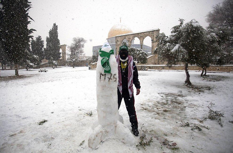 Палестинец вместо снеговика вылепил ракету M-75