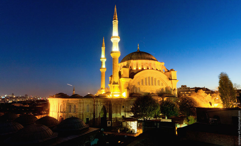 Мечеть Нуруосмание именно рядом с ней находится знаменитый Гранд-Базар