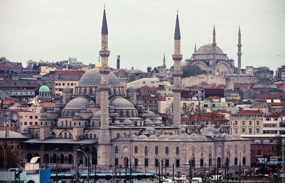 Стамбул — город мечетей. На первом плане — Новая Мечеть, позади — Мечеть Нуруосмание
